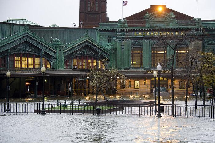 Sandy ha puesto la estación de tren en Hoboken bajo agua